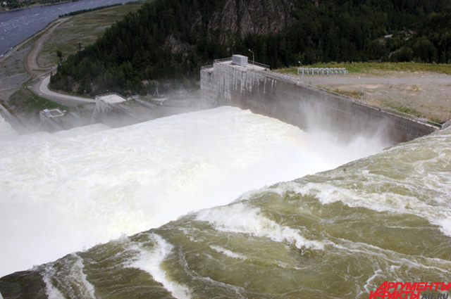Береговой водосброс на Саяно-Шушенской ГЭС начали строить ещё до аварии, но случившееся в 2009-м заставило энергетиков сильно ускориться.