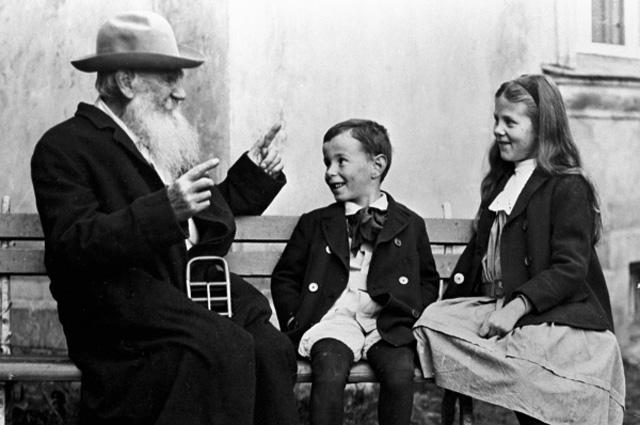 Русский писатель Лев Николаевич Толстой (слева) с внуками Соней (справа) и Ильёй (в центре) в Крекшино, 1909