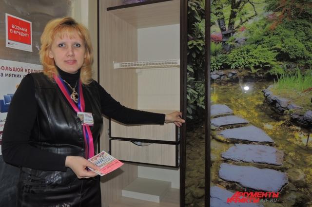 Елена Руднева показывает дизайнерский шкаф-купе