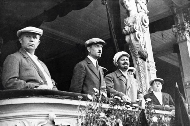 Никита Хрущёв (1 слева), Николай Булганин (2 слева), Лазарь Каганович (3 слева) на балконе здания во время парада московской милиции. 1933 год