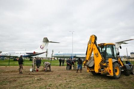 В музее гражданской авиации в Оренбурге посадили сосновую аллею.