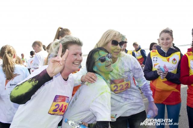 На каждом этапе забега участники окрашивались в новый цвет.