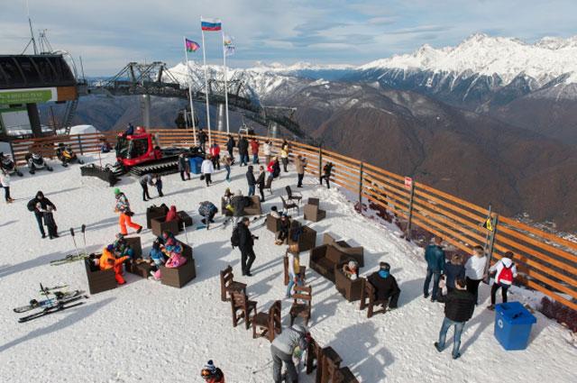 Отдыхающие на горнолыжном курорте «Горки Город» в Красной Поляне.