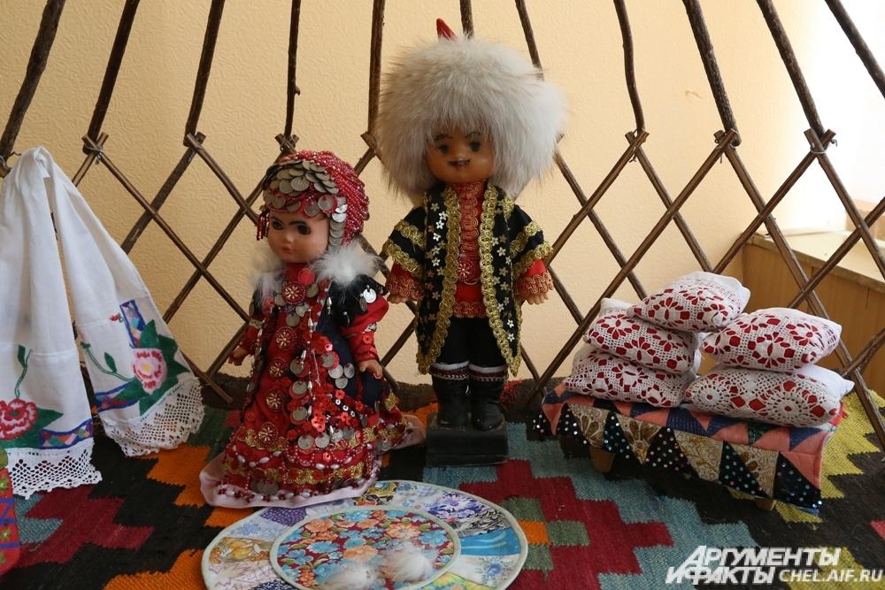 Куклф в музее библиотеки одеты в национальные костюмы.
