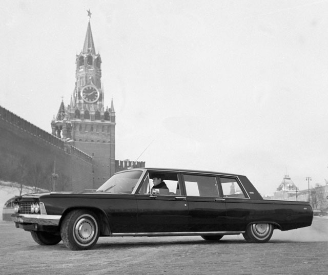 Советский автомобиль высшего класса «ЗИЛ-114», выпускаемый заводом имени Лихачева, на Красной площади в Москве. 1968 год.