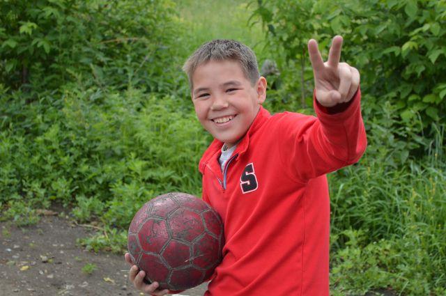 юный футболист, мальчик с мячом, футбольный мяч