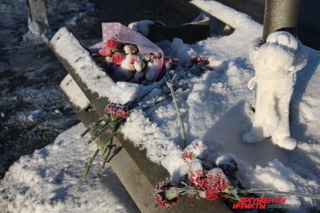 Сейчас на месте трагедии - живые цветы и игрушки.