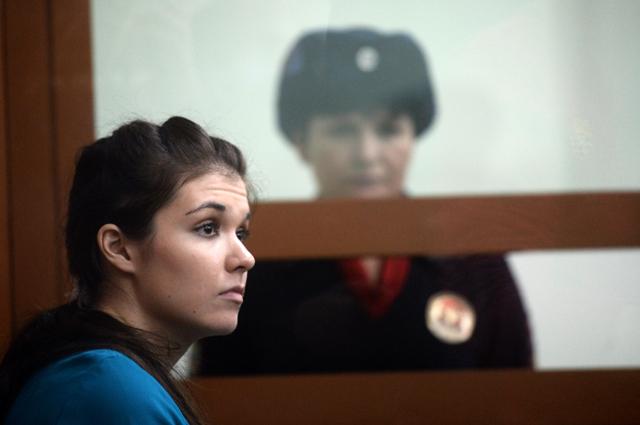 Бывшая студентка МГУ Александра Иванова (Варвара Караулова), обвиняемая в попытке участия в деятельности ИГ, в Московском окружном военном суде.