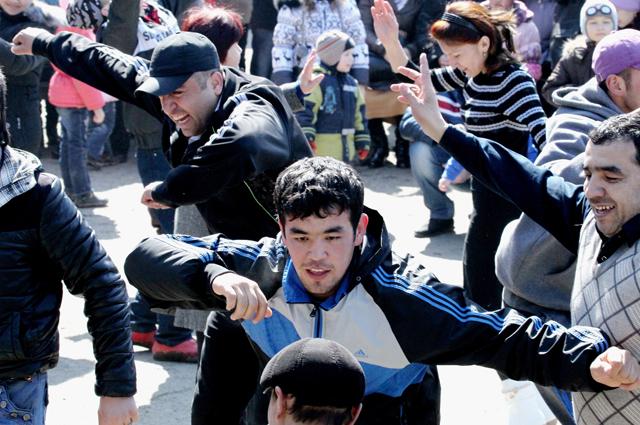 Молодые люди танцуют во время празднования Навруза