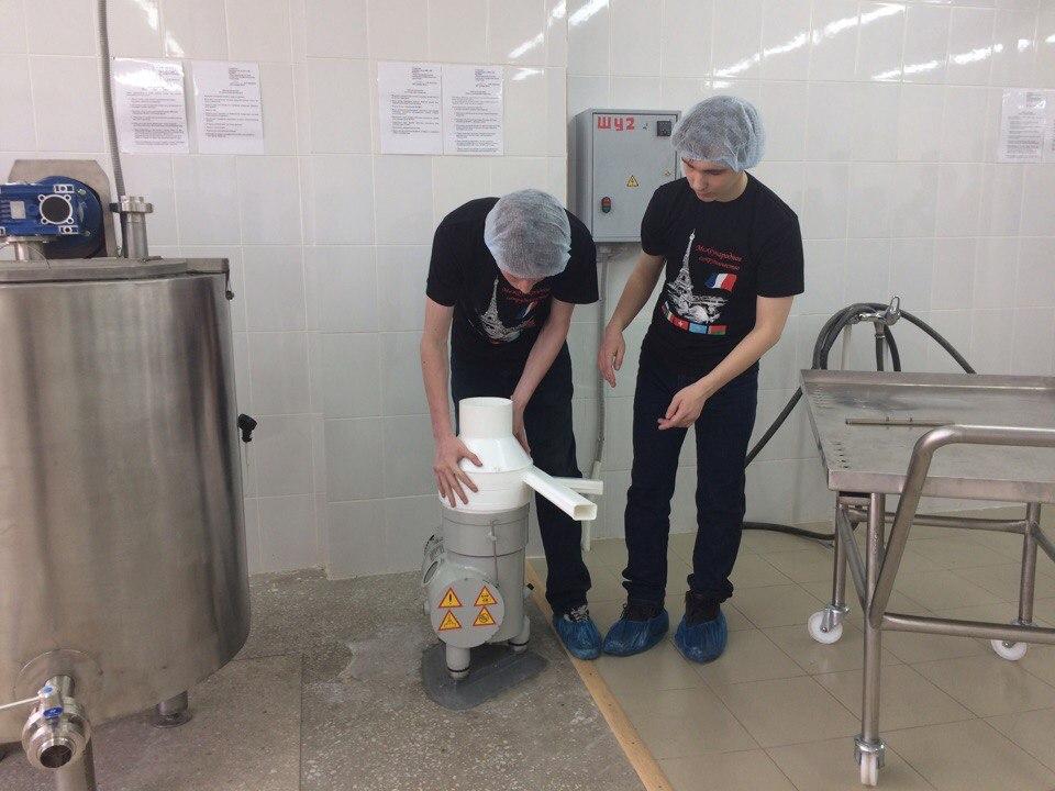 Сепаратор отделяет сливки от молока.