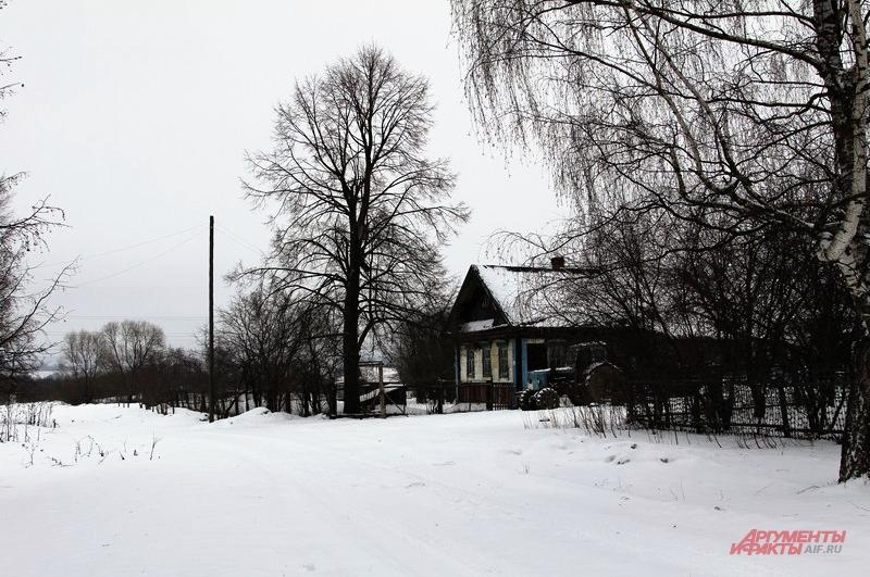 Летом деревня оживает приезжают дачники. Но с каждым годом их всё меньше из-за невозможности подъезда к селу
