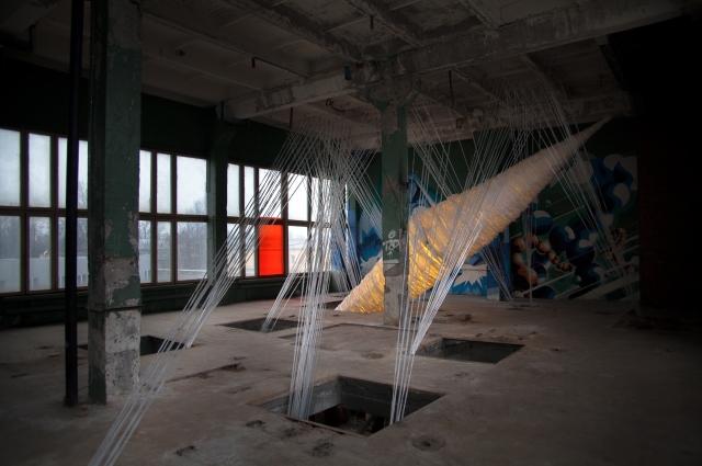 Инсталляции расположены в полуразрушенном здании.