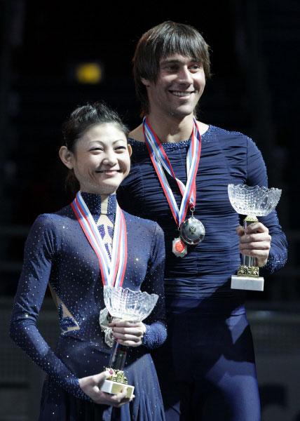 Юко Кавагути и Александр Смирнов, занявшие второе место в соревнованиях спортивных пар на Чемпионате России по фигурному катанию в Сочи. 2012 год