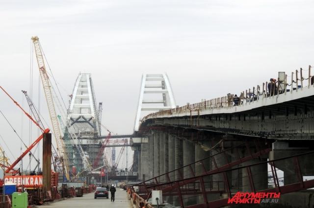 Вид на стройку с рабочего моста.