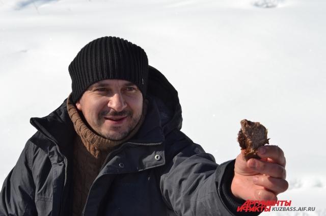 Алексей Марочкин воспроизвёл обряд и показал, как легко режется каменным прибором и сырое, и варёное мясо.