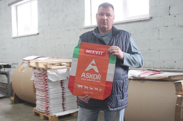 Алексей Чебоненко демонстрирует образец уже готовой фасовочной продукции.