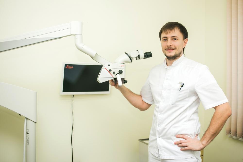 Врач стоматолог Александр Валерьевич Воронин быстро освоил сложную технику.