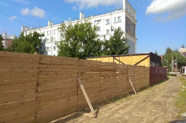 Строящееся здание на месте