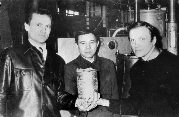Первый слиток в руках директора ВСМПО Владислава Тетюхина (на фото справа).