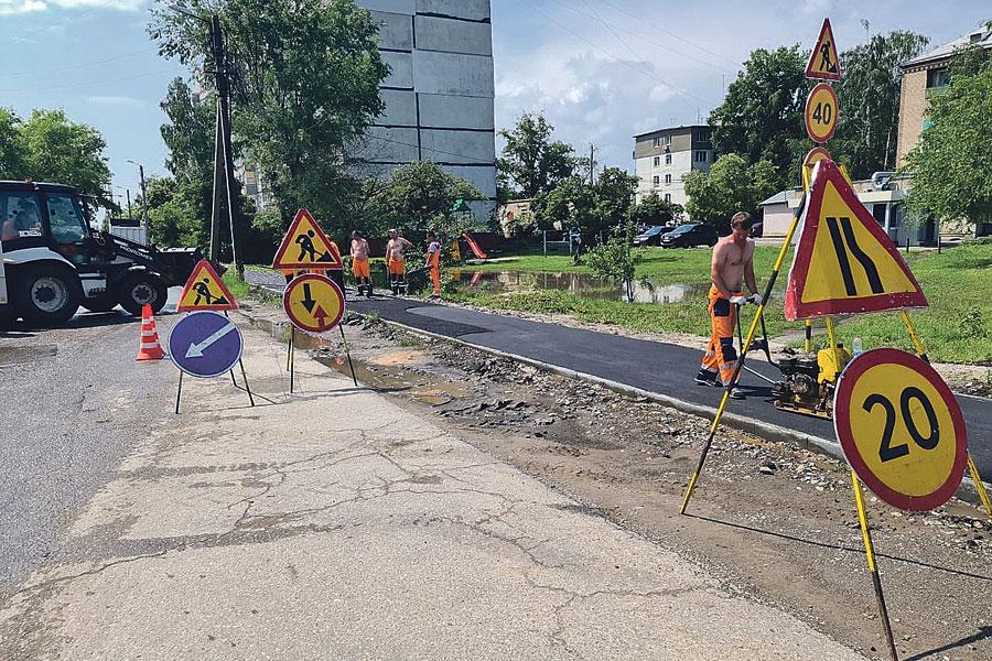 Реконструкция дорог предполагает не только ремонт дорожного полотна, но целый комплекс работ, в том числе и ремонт тротуаров.