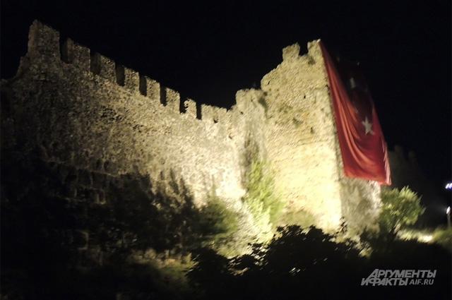 Крепость Аланьи. По преданию здесь жил султан Сулейман. Из-за всех красот и моря русские туристы не останавливаются ни перед какими опасностями