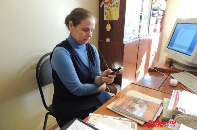 Лидия читает очередное смс-сообщение от банка с требованием погасить долги