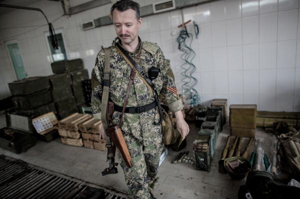 Игорь Стрелков показывает вооружение украинских военных, захваченное в ходе атаки ополченцев на блокпост на Рыбхозе вблизи Славянска
