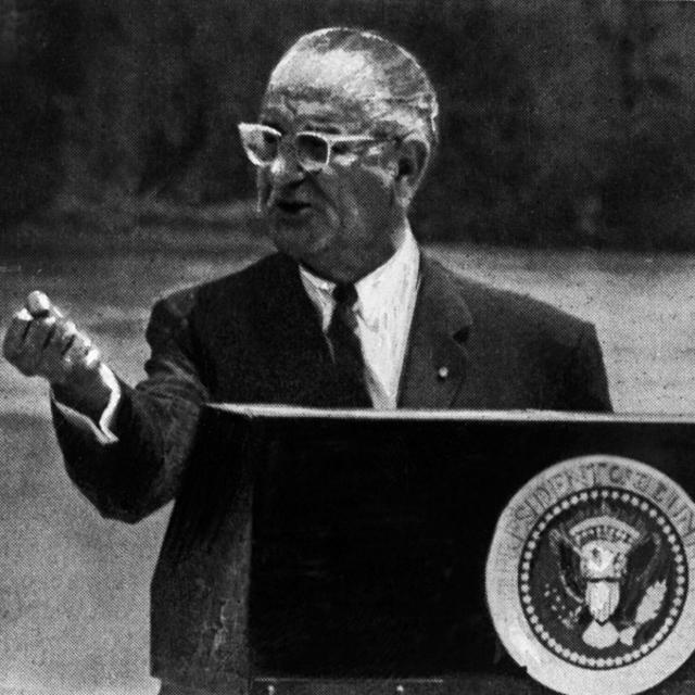 Президент США Линдон Бэйнс Джонсон во время выступления за расширение войны во Вьетнаме (газета Комсомольская правда от 18 августа 1966 года)