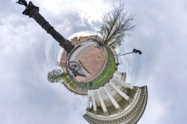 Фотограф превратил петербургские достопримечательности в планеты.
