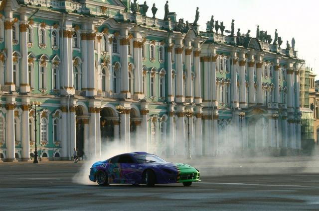 Гонщик промчался по центру Петербурга.