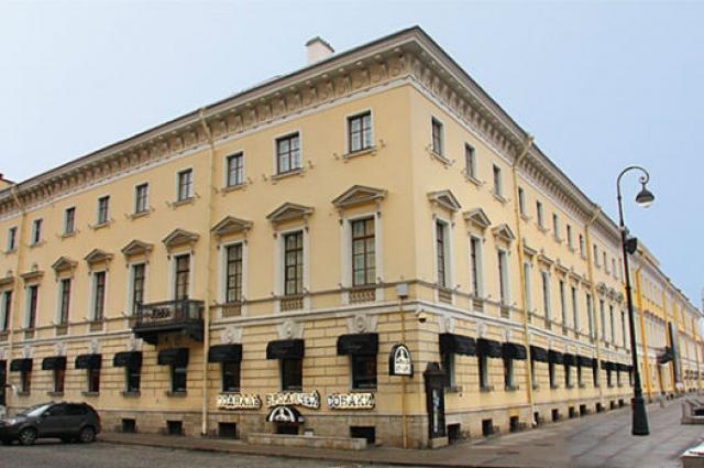 Литературно-артистическое кабаре «Бродячая собака» родилось в Петрограде по адресу: Михайловская площадь, дом 5.