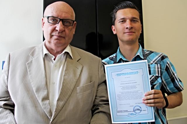 Секретарь ОП Псковской области Валерий Павлов с выпускником Школы межэтнической журналистики Алексеем Гиреевым.