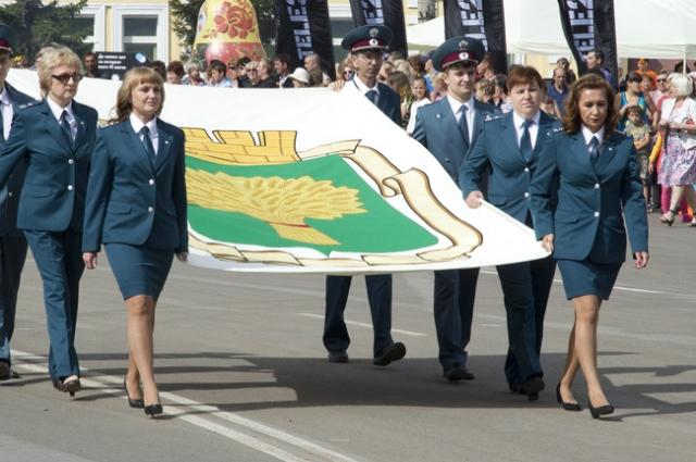 Флаг города несли представители правоохранительных органов.