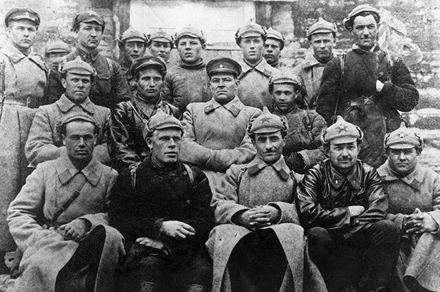 Константин Черненко (второй справа в верхнем ряду) среди делегатов партийной конференции пограничного отряда. 1932 год.