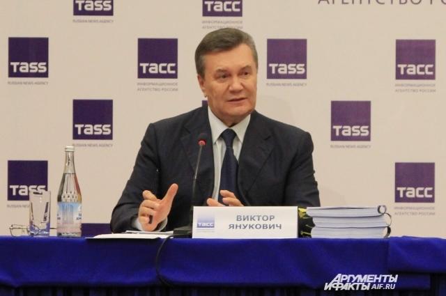 На столе у Виктора Януковича трёхтомное доказательство вины новых властей Украины.