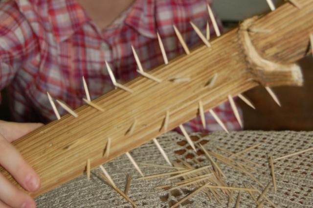 В высушенный ствол борщевика вставляют зубочистки, чтобы наполнитель, соприкасаясь с ними, мелодично звучал.