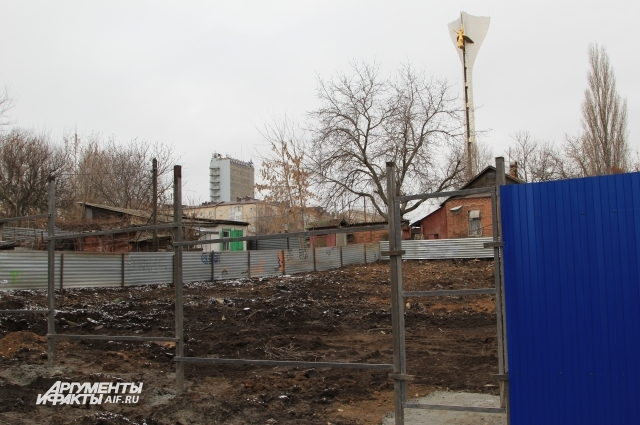 Отдельные участки уже зачистили от развалин и огородили забором.