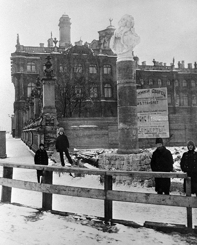 Памятник писателю Александру Радищеву, установленный у Зимнего дворца в 1918 году.