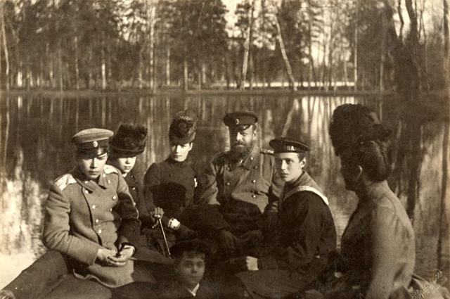 Императорская чета с детьми Николаем, Георгием, Михаилом и Ксенией на лодке (после 1890)