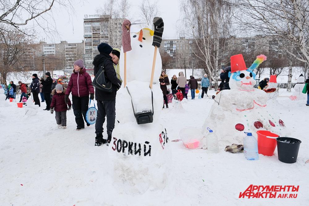 Самый высокий снеговик - с фотоаппаратом, самый широкий - справа от него.