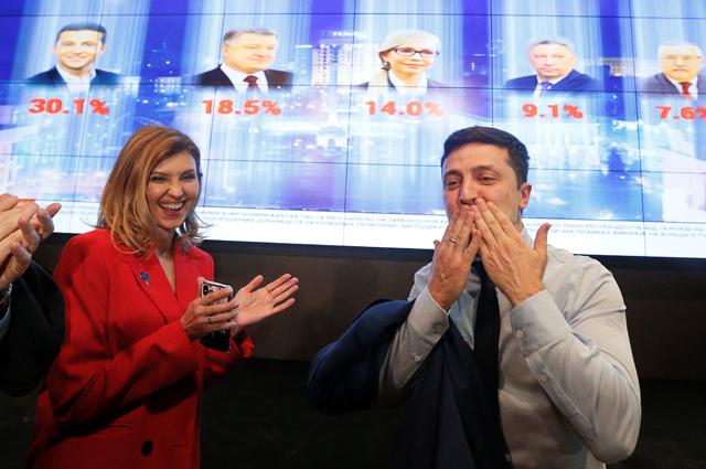 Кандидат в президенты Украины, актер Владимир Зеленский с супругой Еленой