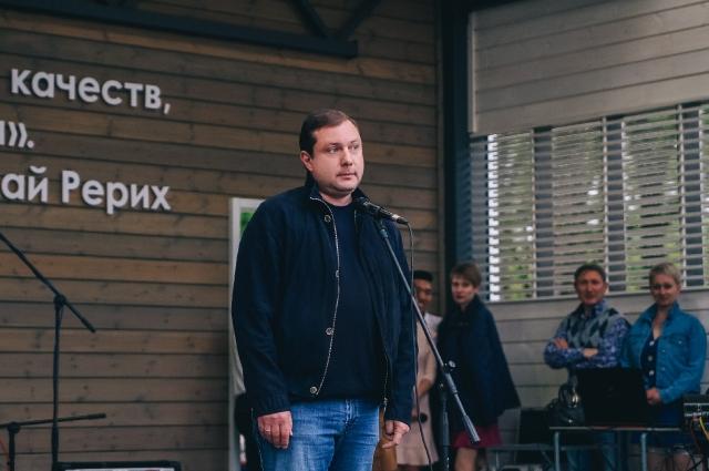 Губернатор Алексей Островский во время праздника поздравил горожан и выслушал их мнения о парке.