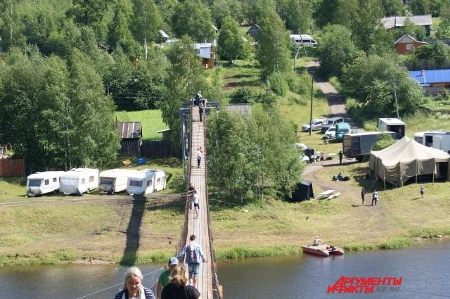 Чтобы попасть на съёмочную площадку, нужно пройти над рекой по подвесному мосту.