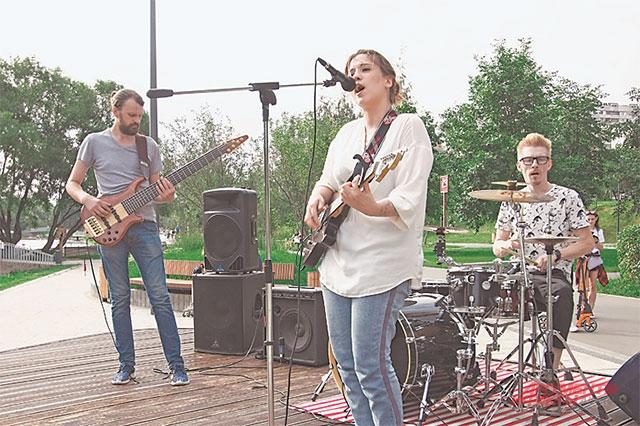 28 июля перед бутовчанами выступила молодая певица Ксения, исполнив композиции в стиле хип-хоп.