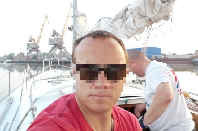 Родным Кирилл отправлял фото с новой работы.