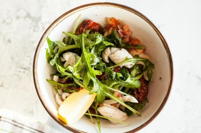Салат с кальмарами и томатной сальсой