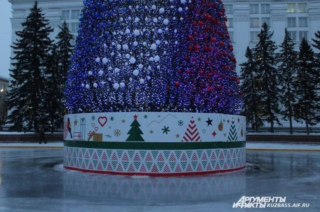 Ель представляет собой металлический каркас высотой 25 м с ветками и светодиодами.