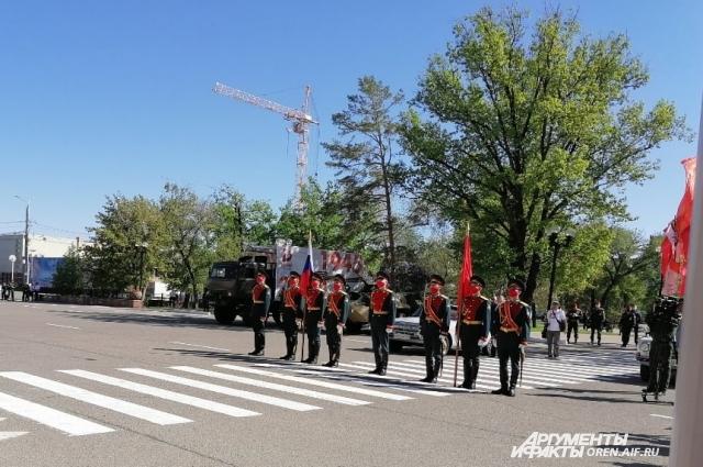 Губернатор области Денис Паслер передал знаменной группе Оренбургского гарнизона флаг России и копию Знамени Победы.