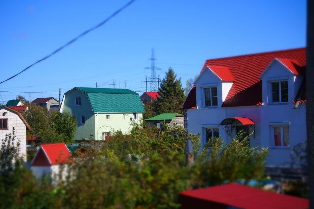 Многоэтажный дом за городом.