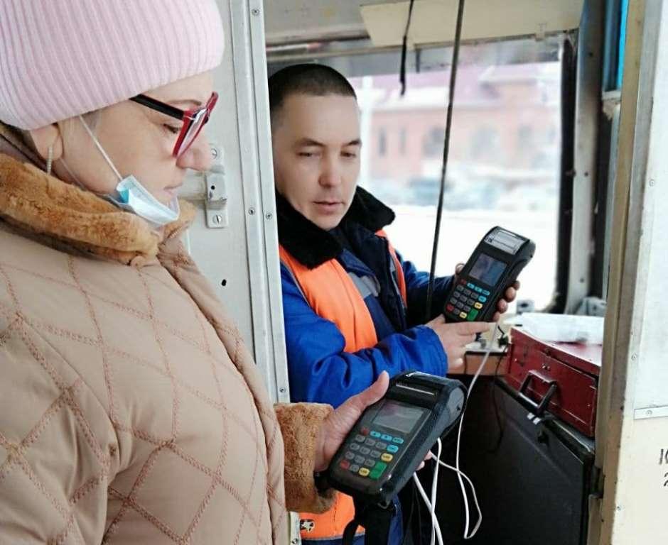 Перед проверкой контролёр синхронизирует свой терминал с системой в вагоне.